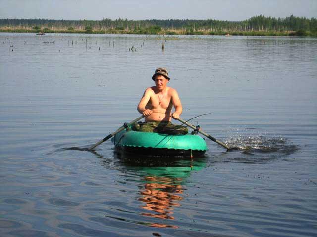 с моторной лодки упала в воду удочка когда лодка шла вверх по течению
